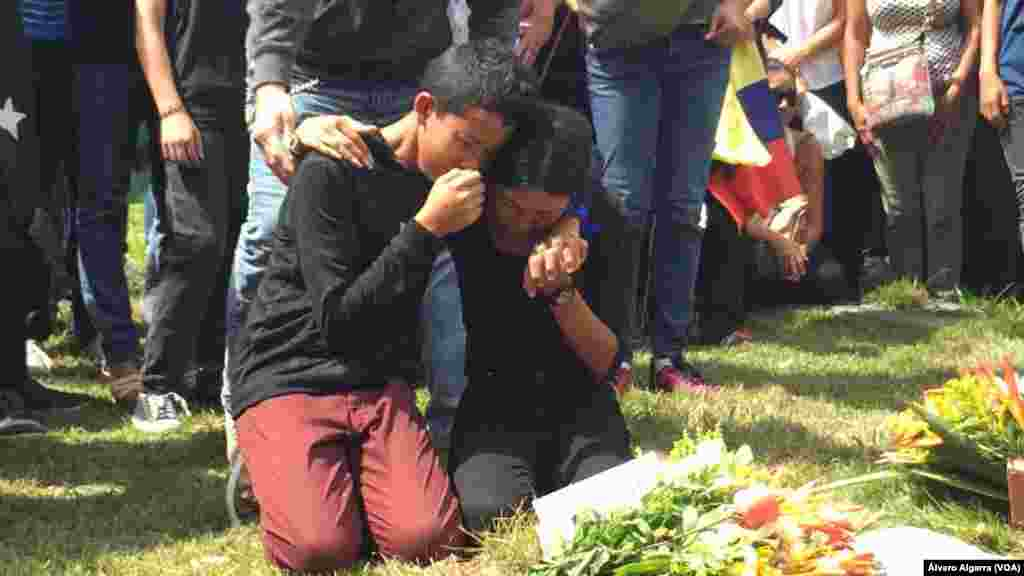 """Familiares lloran en entierro de sus seres queridos tras la masacre de """"El Junquito en Venezuela"""". Acusan al gobierno de Nicolás Maduro de """"asesinar a hombres valientes"""" que alzaron su voz en contra de lo que llaman """"régimen""""."""