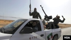 Tentara pemberontak Libya berkonvoi menuju Sirte dari Bin Jawad, Senin (28/3).