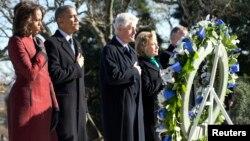 Le président Barack Obama (2e à g.), la première dame Michelle Obama (g.), l'ancien président Bill Clinton (3e à g.) et Hillary Clinton lors d'une cérémonie de dépôt de gerbe sur la tombe de Kennedy, mercredi 20 novembre 2013.