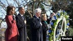 케네디 전 미국 대통령의 암살 50주년 하루 전날인 21일 미국 알링턴 국립묘지에서 오바마 대통령 부부와 클린턴 전 대통령 부부가 추모 행사에 참석했다.