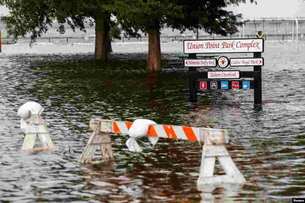 اینجا پارک اتحادیه در «نیو برن» در کارولینای شمالی بعد از آغاز اولیه توفان فلورنس است.