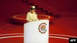 Королева Єлизавета звертається з вітальним словом до учасників зустрічі голів країн-членів Британської співдружності націй.