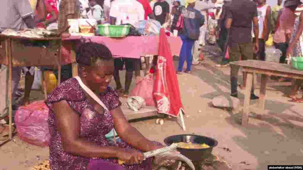 Rose se prépare, au petit matin, à commencer à vendre du poisson au marché principal de Bata, en Guinée équatoriale