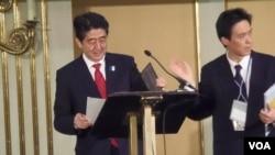 日本首相安倍(左)今年4月访问莫斯科时受到欢迎。(美国之音白桦)