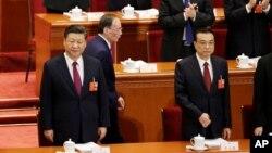 Presiden Xi Jinping dan PM Li Keqiang (kanan) menghadiri pembukaan sidang pertemuan tahunan parlemen China hari Senin (5/3).