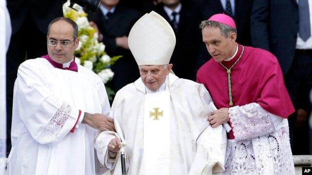 Giáo hoàng Danh dự Benedicto 16 cũng có mặt tại buổi lễ ở Quảng trường Thánh Phêrô, ngày 27/4/2014.