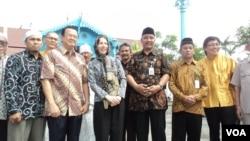 Wakil Dubes AS untuk Indonesia, Kristen F Bauer berfoto bersama para peserta dialog lintas agama di Solo, 19 April 2013. (VOA/Yudha Satriawan)