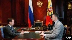 Prezident Dmitriy Medvedev Gorkiydagi idorasida milliarder Mixail Proxorov bilan suhbatda, 27-iyun 2011