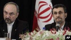 Presiden Iran Mahmoud Ahmadinejad (kanan) didampingi oleh Dubes Iran untuk PBB, Mohammad Khazaei dalam Sidang Majelis Umum PBB di New York (26/9).