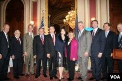 美国国会参、众议员欢迎新任台湾驻美代表金溥聪夫妇(美国之音钟辰芳拍摄)