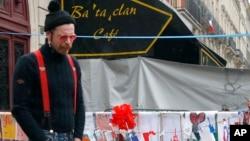Jesse Hughes của ban nhạc Eagles of Death Metal, ban nhạc chơi tại phòng hòa nhạc Bataclan ở Paris tại thời điểm xảy ra vụ đánh bom, tưởng niệm 89 nạn nhân thiệt mạng, ngày 08/12/2015.
