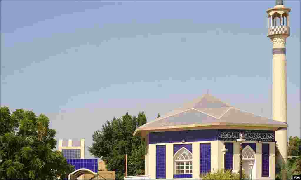 قبرستان میں موجود مسجد اور وضو خانہ جہاں مجالس بھی منعقد ہوتی ہیں
