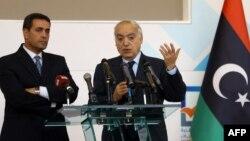 Ghassan Salamé, envoyé spécial des Nations unies pour la Libye, 2e à droite, lors d'une conférence de presse à Tripoli, le 6 décembre 2017.