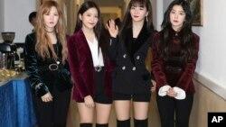 """Nhóm nhạc """"Red Velvet"""" sau buổi trình diễn ở Bình Nhưỡng hôm 1/4."""