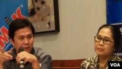 Ade Irawan dari Indonesian Corruption Watch (ICW) dan Eva Kusuma Sundari, anggota DPR, dalam diskusi di Jakarta, 14 Februari 2014 (VOA/Iris Gera).