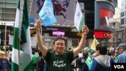 支持台灣入聯民眾的曾志偉 (美國之音宋德成拍攝)