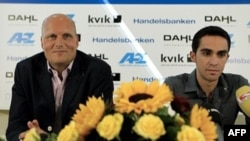 Tay đua xe đạp Alberto Contador (trái) trong cuộc họp báo ở Herning, Đan Mạch