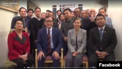 រូបថតទាញចេញវីដេអូមួយមានរយៈពេល៥នាទី ដែលត្រូវបានបង្ហោះលើទំព័រហ្វេសប៊ុករបស់លោក សម រង្ស៊ី នៅព្រឹកថ្ងៃសុក្រ ទី២៧ ខែតុលា ឆ្នាំ២០១៧ ដោយមានលោក សម រង្ស៊ី អង្គុយជាមួយក្រុមតំណាងរាស្រ្ត និងមន្រ្តីជាន់ខ្ពស់គណបក្សសង្គ្រោះជាតិជាច្រើនរូបទៀត នៅទីក្រុងរ៉ូម ប្រទេសអ៊ីតាលី។ (រូបថតទាញចេញពីវីដេអូមួយក្នុងទំព័រហ្វេសប៊ុក Sam Rainsy)
