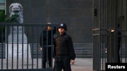 Nhân viên an ninh đứng gác bên ngoài tòa án xét xử các nhà hoạt động chống tham nhũng ở Bắc Kinh, ngày 8/4/2014