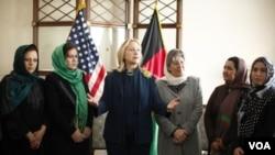 La secretaria Clinton dijo que quería escuchar lo que pensaba la sociedad afgana sobre la forma en la que el país debía avanzar.