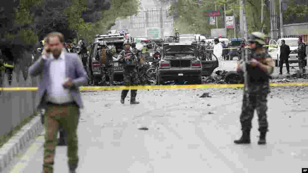 Les forces de l'ordre sécurisent le périmètre après l'attaque à Kaboul, le 3 mai 2017.