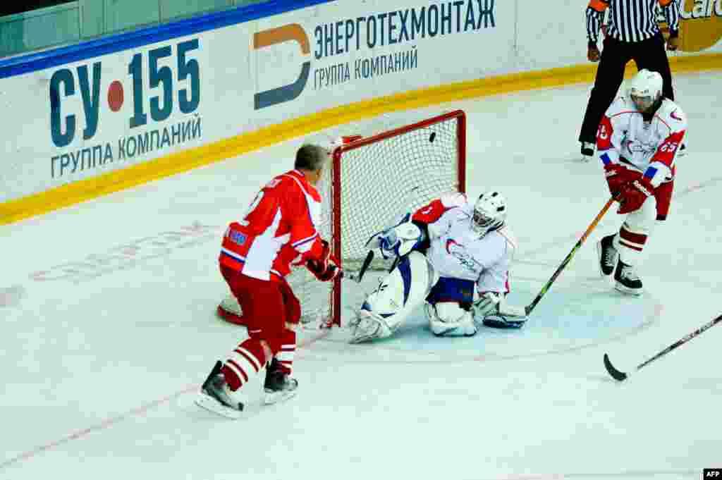 Вячеслав Фетисов забивает гол