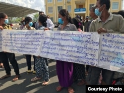 Residents in Samroang Thbong community near Boeung Tamouk in Phreak Phnov district, gather in front of city hall to appeal their eviction, in Phnom Penh, Cambodia, June 22, 2020. (Courtesy photo of NGO Sahmakum Teang Tnaut)