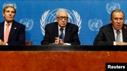 Menlu AS John Kerry (kiri), utusan PBB untuk masalah Suriah Lakhdar Brahimi (tengah) dan Menlu Rusia Sergei Lavrov memberikan keterangan kepada media terkait Suriah di kantor PBB di Jenewa (13/9).
