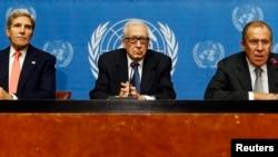 Từ trái: Ngoại trưởng Hoa Kỳ John Kerry, Đặc sứ Liên hiệp quốc Lakhdar Brahimi, và Ngoại trưởng Nga Sergei Lavrov nói chuyện tại một cuộc họp báo sau phiên họp, 13/9/13