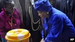 설리프 라이베리아 대통령이 시민들에게 에볼라 예방을 위한 손씻는 법을 시연하고 있다.