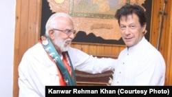 سردار ذوالفقار کھوسہ تحریک انصاف میں شامل ہونے کے بعد عمران خان کے ہمراہ۔ یکم جون 2018