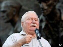 诺贝尔前总统、诺贝尔和平奖得主瓦文萨在华沙对反对右翼政府的示威者讲话。(2018年7月4日)