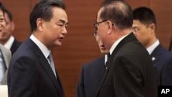 外交部长王毅在缅甸首都内比都出席东亚合作系列外长会期间会见朝鲜外相李洙墉