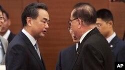 중국의 왕이 외교부장과 북한의 리수용 외무상이 10일 ARF에서 회동했다