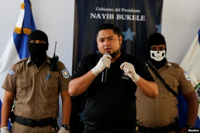 El viceministro de Seguridad de El Salvador, Osiris Luna Meza, durante una conferencia de prensa en Izalco El Salvador.