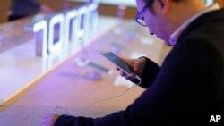 Huawei hiện bán gần hai phần ba số thiết bị cầm tay của mình tại thị trường Trung Quốc.