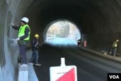中国工人在黑山的隧道里工作。