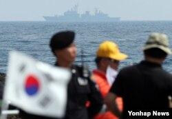 지난 6월 독도 인근 해상에서 한국 해군과 해양경찰 함정이 독도방어훈련을 하고 있다.