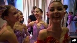 چند دختر جوان عضو یک باشگاه باله در مسکو