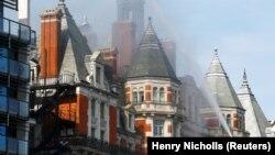 Bombeiros combatem chamas que destroem o hotel Mandarin Oriental em Knightsbridge, em Londres