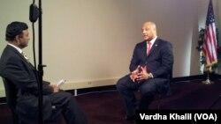 آندرے کارسن وائس آف امریکہ کے اردو سروس کے سربراہ فیض رحمٰن کو انٹرویو دیتے ہوئے۔