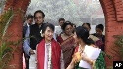 အိႏိၵယႏိုင္ငံ Lady Shri Ram ေကာလိပ္ကို ျမန္မာ့ ဒီမိုကေရစီေခါင္းေဆာင္ ေဒၚေအာင္ဆန္းစုၾကည္ သြားေရာက္ လည္ပတ္စဥ္။ (ႏို၀င္ဘာလ ၁၆ ရက္၊ ၂၀၁၂)။