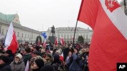 Demonstrasi anti-pemerintah di Warsawa, Polandia (17/12). (AP/Alik Keplicz)