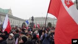 Những người biểu tình tham dự một cuộc tuần hành chống chính phủ tại Warsaw, Ba Lan, ngày 17 tháng 12 năm 2016.