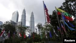 ARSIP - Bendera-bendera negara dan logo ASEAN tampak diperagakan sebelum pelaksanaan konferensi puncak ASEAN di Kuala Lumpur, Malaysia pada foto yang diambil tanggal 18 November 2015 (foto: REUTERS/Olivia Harris)