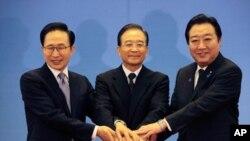 13일 중국 베이징 인민대회당에서 열린 제5차 한중일 정상회의에 앞서 손을 맞잡고 기념 촬영을 하는 이명박(좌) 한국 대통령, 원자바오(중앙) 중국 총리, 노다 요시히코(우) 일본 총리