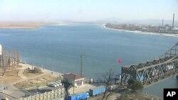 단둥에서 압록강 철교를 건너 북한으로 들어가고 있는 신형 화물트럭들 (자료사진).