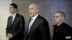 Thủ tướng Israel Benjamin Netanyahu, giữa, đến cuộc họp nội các hàng tuần ở Jerusalem, 5/2/2012