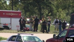 Polisi dan tim medis berada di lokasi penembakan di sebuah Kuil Sikh di luar kota Milwaukee, negara bagian Wisconsin, AS hari Minggu (5/8).