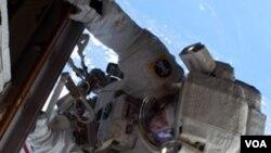 Astronaut NASA Rick Mastracchio, na Medjunarodnoj svemirskoj stanici radi na održavanju i postavljanju nove opreme